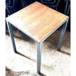 Tavolo di legno e acciaio